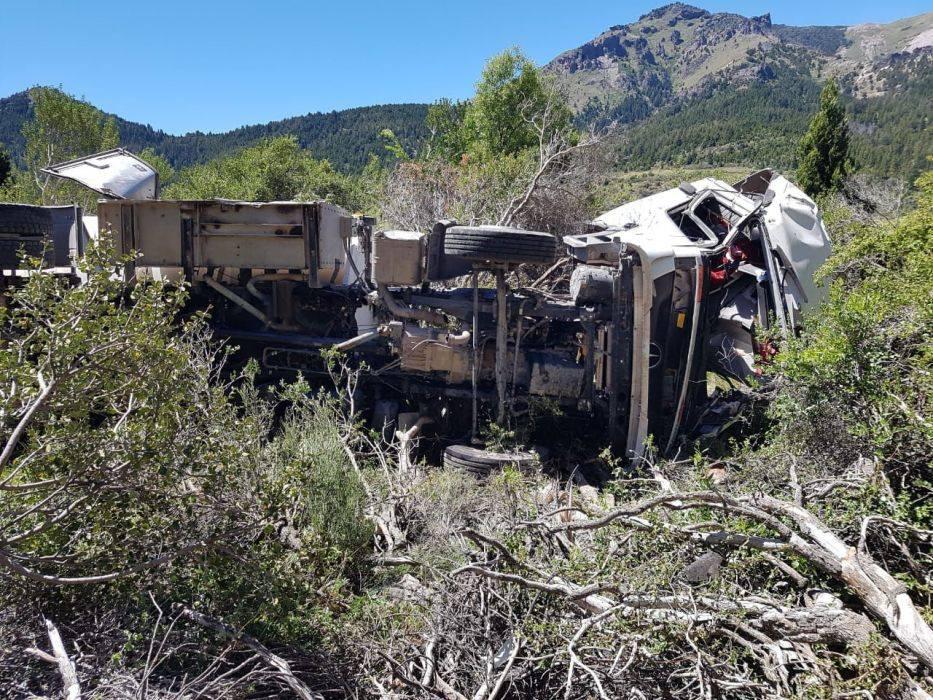 Traful: Cayó unos 80 metros con su camión y falleció
