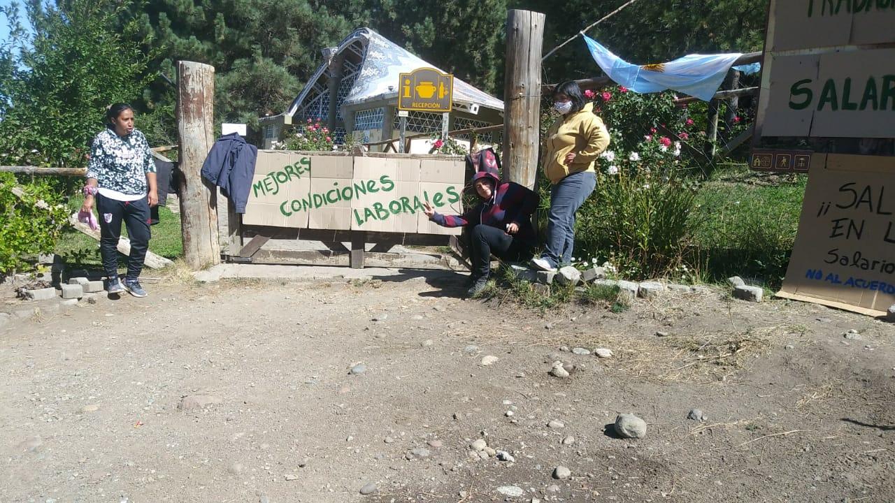 Trabajadores bloquean el ingreso al Via Christi de Junín de los Andes