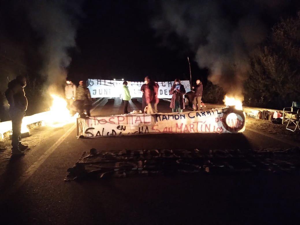 Autoconvocados de salud bloquean la ruta del petróleo en Vaca Muerta y Junin de Los Andes