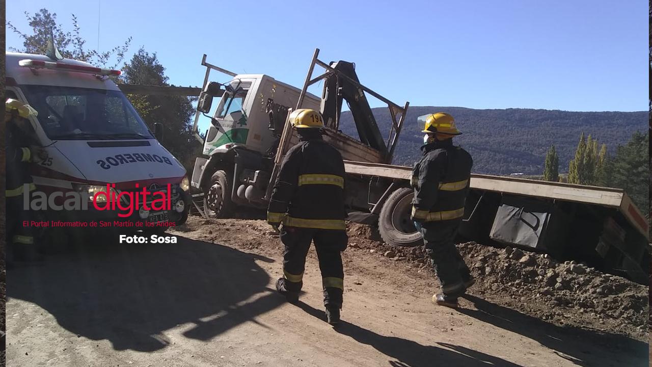 Susto: Un camión quedó al borde del camino a punto de desbarrancar en una curva de Los Riscos
